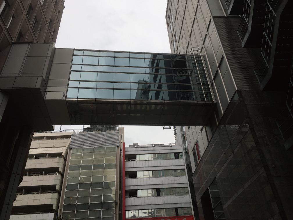 新宿区役所本庁舎と第一分庁舎の連絡通路