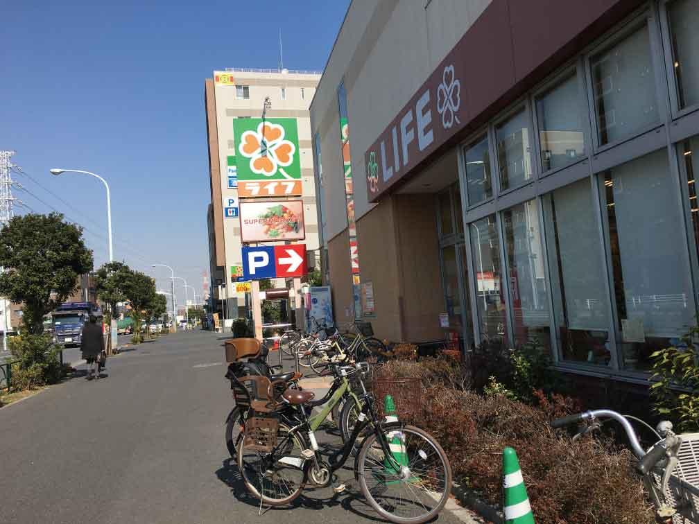 ライフ六町駅前店駐輪場と駐車場入り口