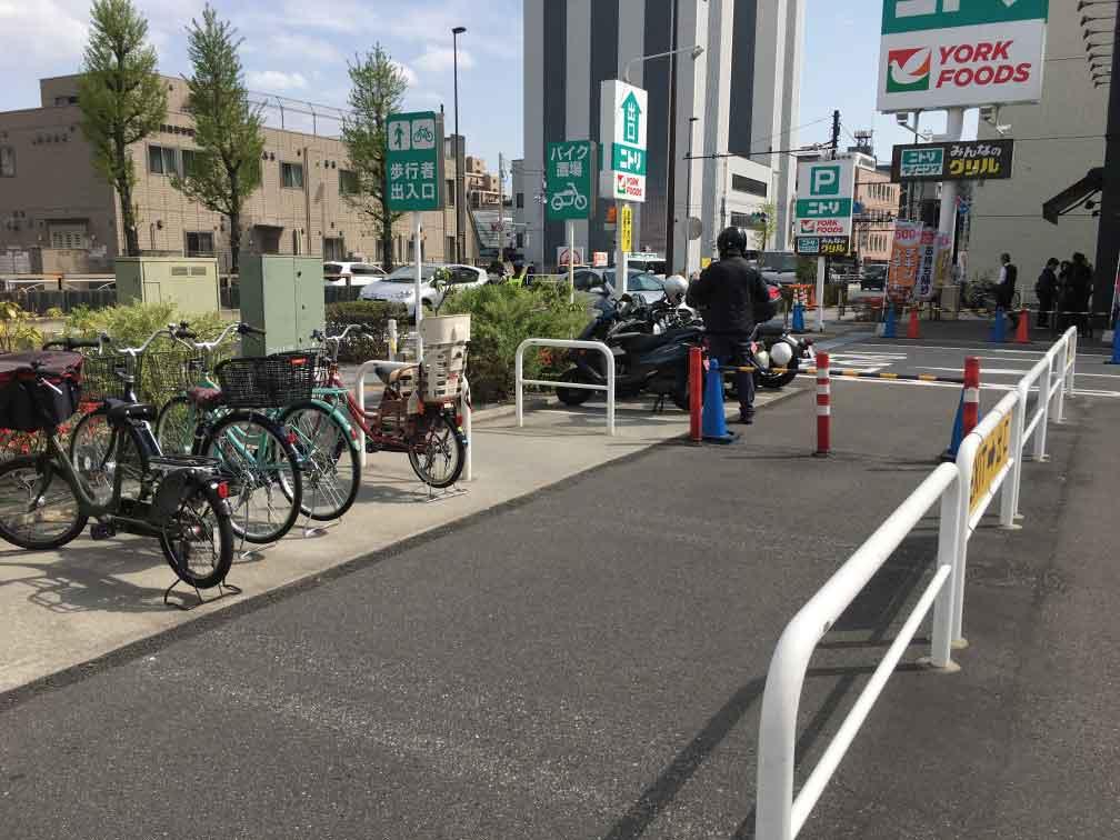 ニトリ環七梅島店バイク置き場